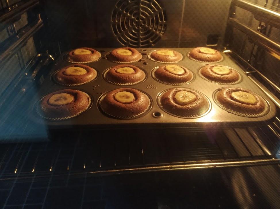 Hier siehst du die Galaxy-Cupcakes im Ofen.
