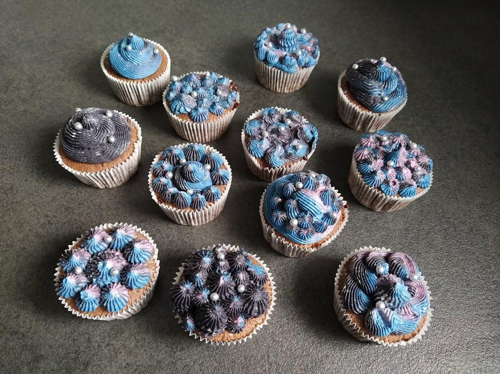 Verschiedene Variationen der Galaxy-Cupcakes.