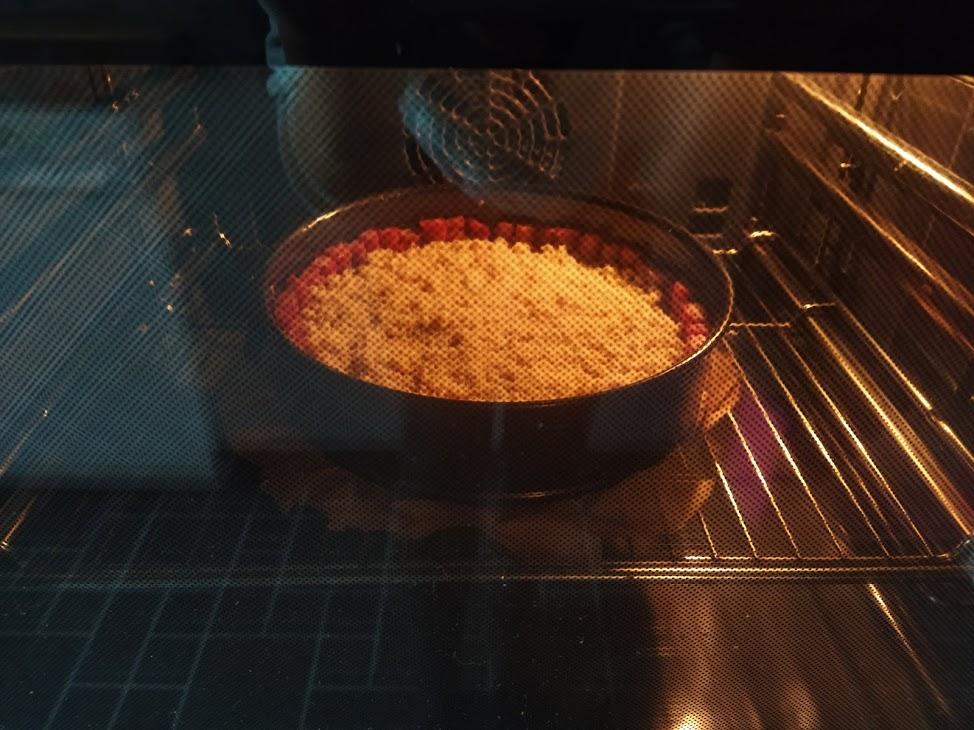 Rhabarberkuchen im Ofen