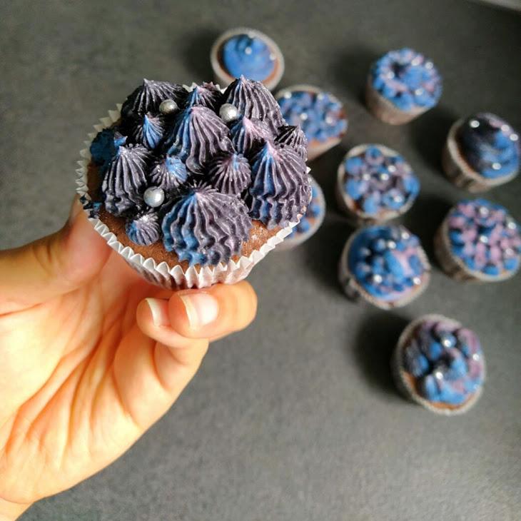 So sehen die fertigen Galaxy-Cupcakes aus.