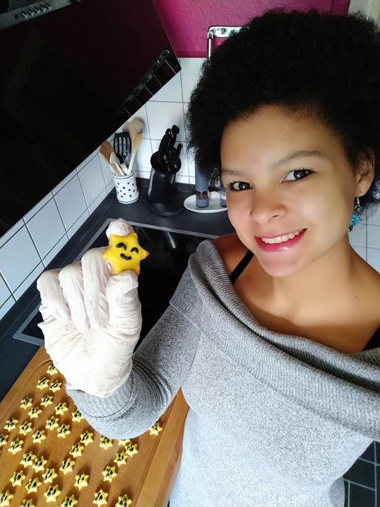 Steffi mit Smiley-Keksen zur Person
