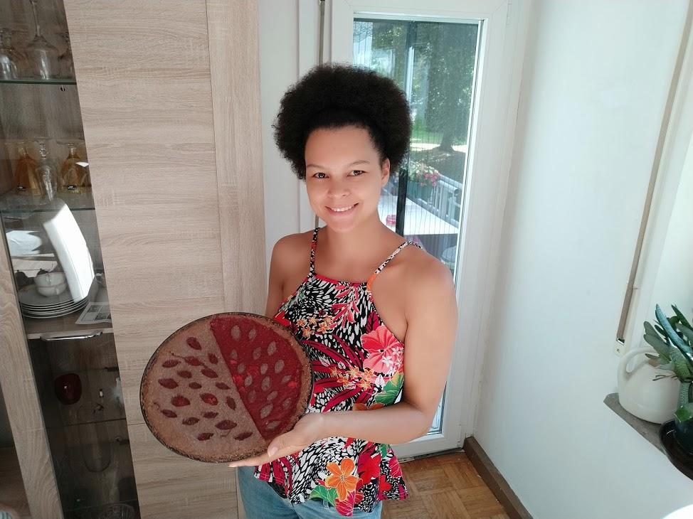 Steffi von Nasch Deko mit einer Linzer Torte.